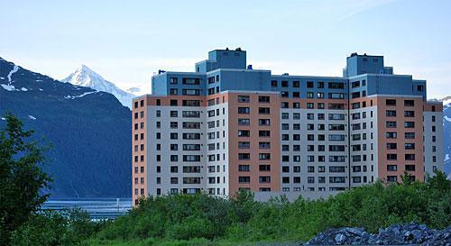 ¿te imaginas vivir con todo tu pueblo en un único edificio? esto pasa en alaska