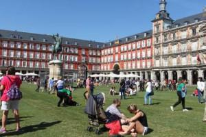 La Plaza Mayor se convierte en una pradera de césped natural